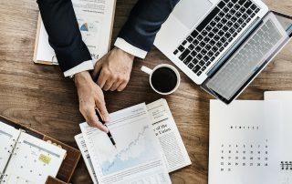 Analüütik pastakaga suunamas majandusanalüüsidele
